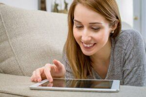 Nikon-Free-Courses-woman-on-tablet